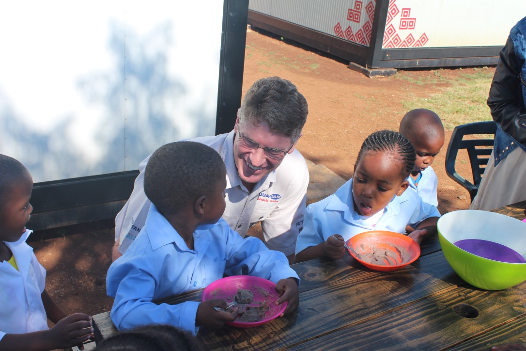 Ronald from Aquadam at table with children